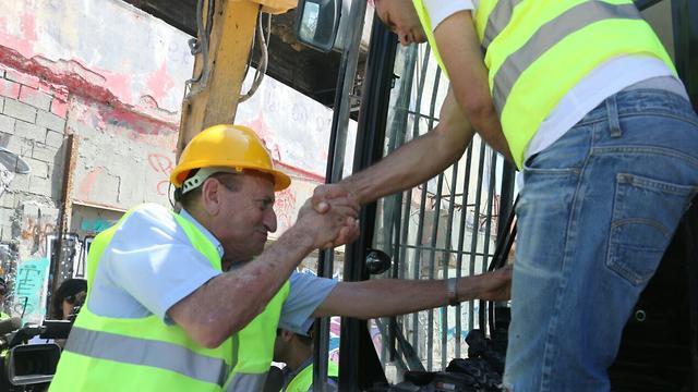 Мэр Тель-Авива Рон Хульдаи лично принял участие в работах по демонтажу. Фото: Моти Кимхи